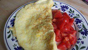 mic dejun sanatos omleta cu branza si rosii