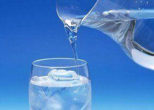 10 greseli alimentare bei doar apa la temperatura camerei